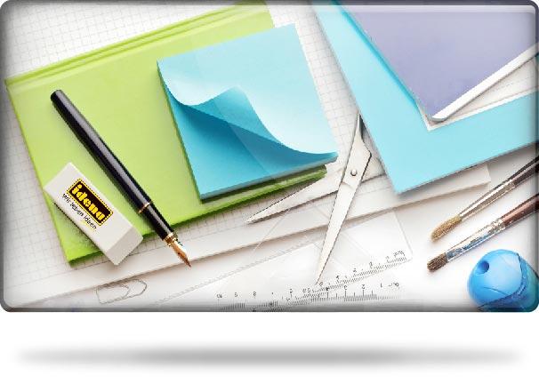 Kernsortiment Schreibwaren und Büroartikel mit Papier, Schere, Füllhalter, Idena Radiergummi und Lineal