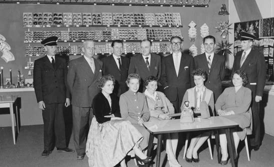 Hans Iden gemeinsam mit Aussendienst-Mitarbeitern auf der Messe in Berlin 1959