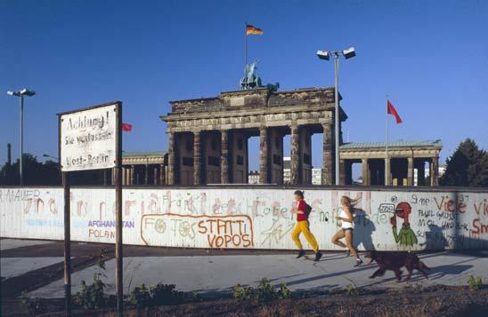 Das Brandenburger Tor hinter der Berliner Mauer Anfang der 80er Jahre
